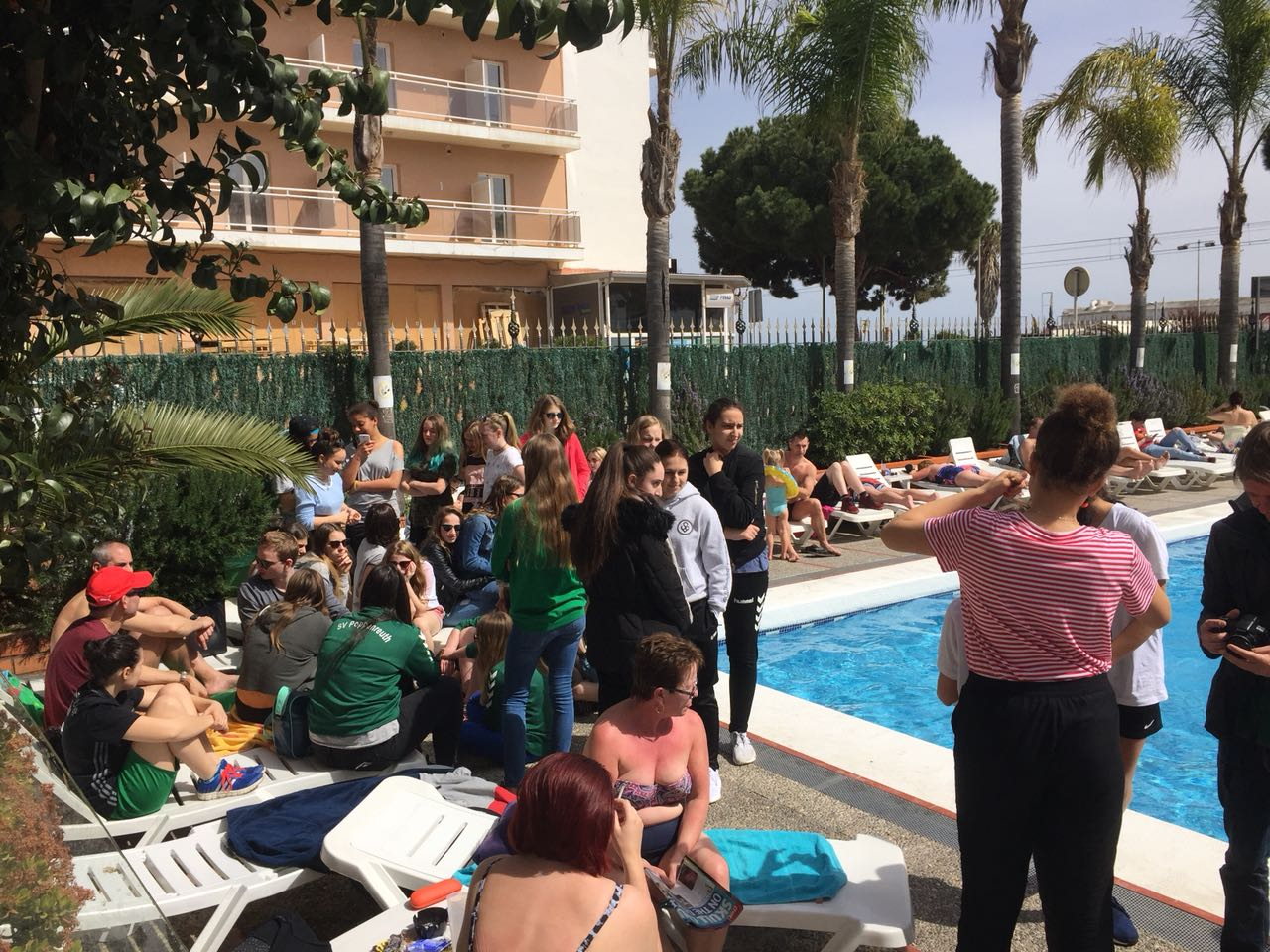 Besprechung am Pool